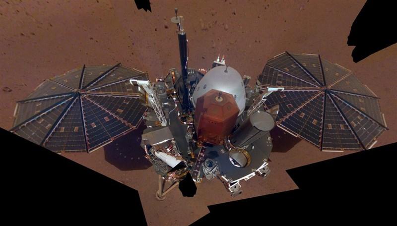 NASA探測器「洞察號」月初首次在火星上偵測到震動訊號,科學家從震動的高頻和寬頻類似地震破裂過程判斷,確信這是「火星地震」。圖為洞察號。(圖取自twitter.com/NASAInSight)