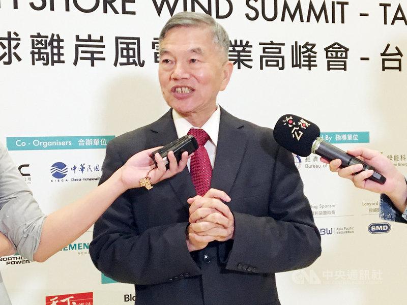 經濟部長沈榮津25日出席「全球離岸風電產業高峰會」指出,政府積極完善法規制度,並建立優良開發環境。台灣已經搶得離岸風電發展先機,且是「亞洲第一棒」,相信未來當人們提到離岸風電產業時,台灣必定在國際市場占有一席之地。中央社記者蔡芃敏攝  108年4月25日