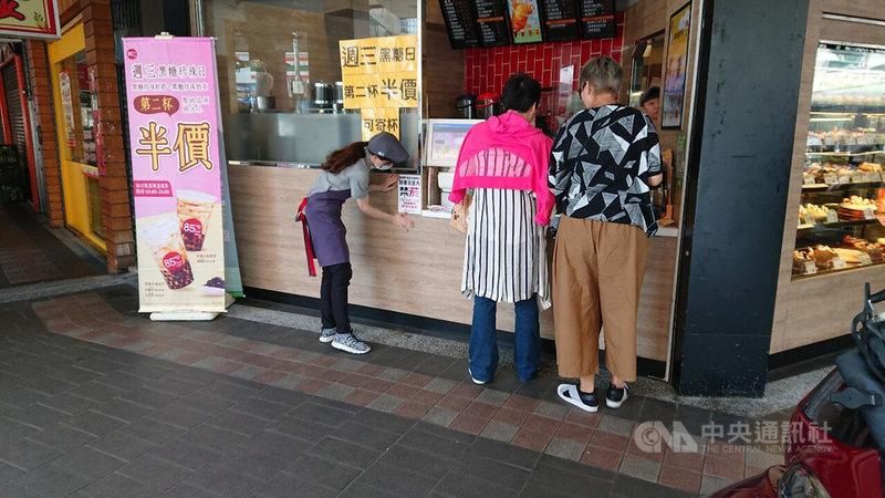 新北市衛生局25日宣布8家連鎖超商及咖啡店騎樓即日起禁菸,目前是宣導期,9月1日起開罰。圖為業者配合貼上禁菸標誌。(衛生局提供)中央社記者王鴻國傳真  108年4月25日