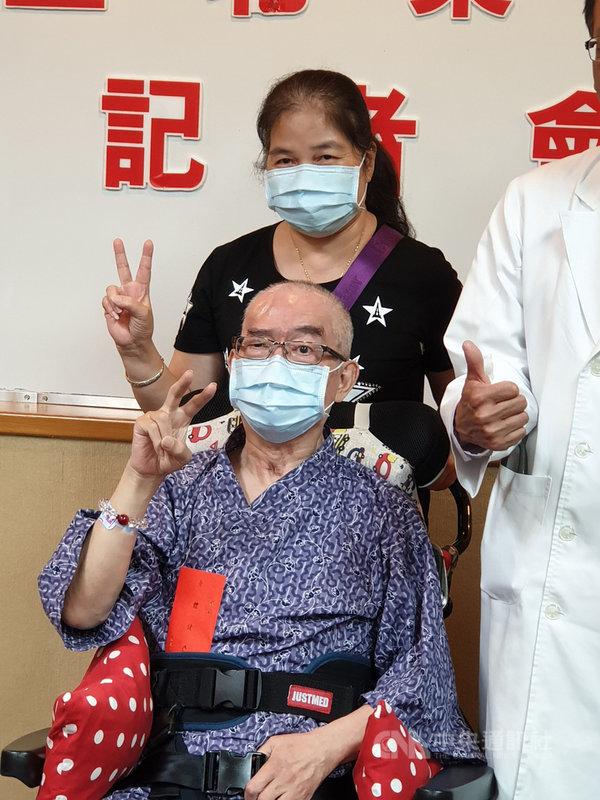 60歲王先生(前)三度中風,全身癱瘓、無法言語,終日臥床長達7個月,輾轉到台北榮民總醫院治療,用神經調控高速顱外磁刺激術結合藥物及復健等治療,王先生終於恢復說話能力,且上肢也開始能動作。中央社記者陳偉婷攝 108年4月29日