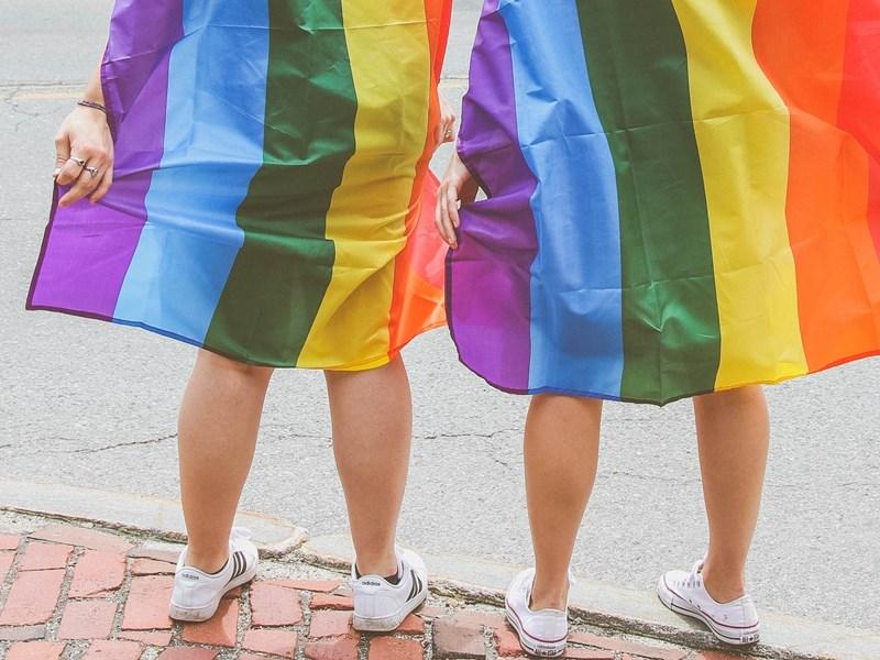 大法官2017年5月24日作出釋字第748號解釋,認為現行法令未保障同志婚姻,要求主管機關在公告、公布日起2年內,依解釋意旨完成相關法律修正或制定。全國至29日已有12縣市開放同婚預約登記,至少119對彩虹伴侶已預約,準備5月24日辦理結婚登記。(示意圖/圖取自Unsplash圖庫)