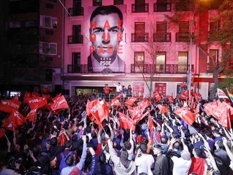 西班牙總理桑傑士所屬政黨28日在提前舉行的大選勝出,但未取得單獨執政所需的過半議席。圖為桑傑士在馬德里的西班牙社會勞工黨總部陽台上宣布勝選。(圖取自facebook.com/psoe)