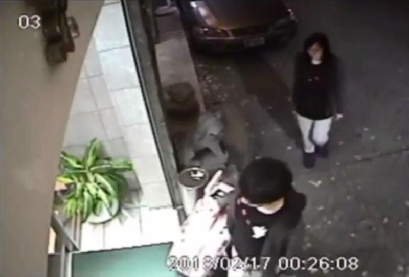 涉嫌在台灣殺害同行女友(後)的香港男子陳同佳(前),早前在高等法院承認洗黑錢罪和盜竊罪,高院法官29日下午判處入獄29個月。(圖取自監視器畫面)