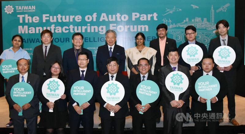 貿協率8名台灣智慧機械頂尖台商26日在印度阿默達巴德舉行智慧機械論壇,與會台商與駐印度代表田中光(後排右5)及印度貴賓合影。(外貿協會提供)中央社記者康世人新德里傳真 108年4月30日
