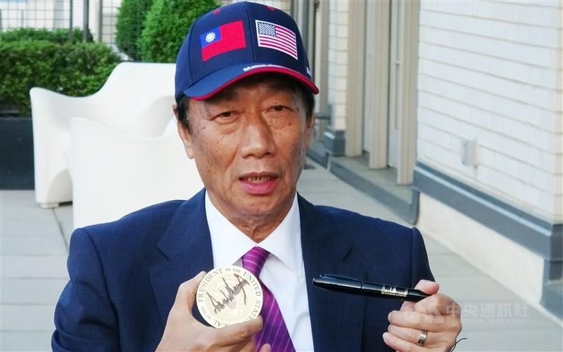 鴻海董事長郭台銘(圖)美東時間1日進白宮與美國總 統川普會面,他會後向媒體展示川普親筆簽名的杯墊, 以及簽名筆。 中央社記者江今葉華盛頓攝 108年5月2日