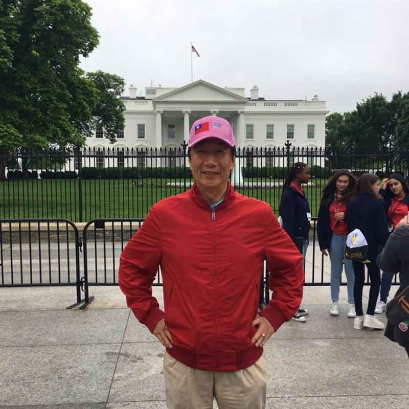 鴻海董事長郭台銘臉書貼出在美國白宮前的照片,他頭戴有中華民國與美國國旗帽子、身穿紅色夾克,雙手插腰在白宮前留影。(圖取自facebook.com/TerryGou1018)