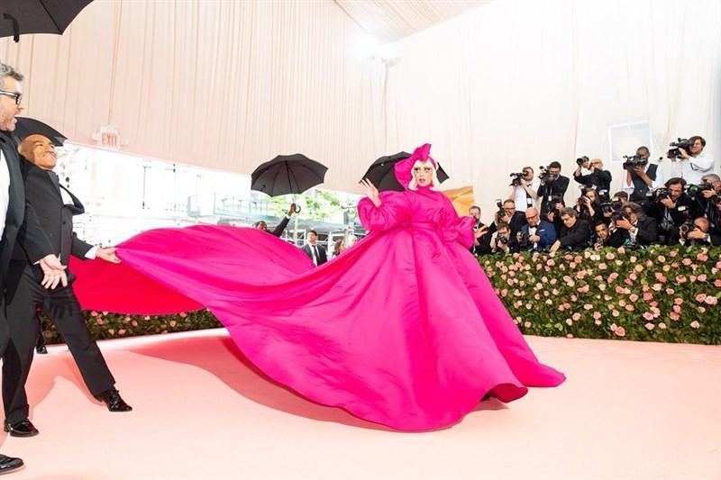 紐約大都會博物館慈善晚宴6日登場,女神卡卡以一襲份量感十足的桃粉色澎袖禮服現身紅毯。(圖取自facebook.com/ladygaga)