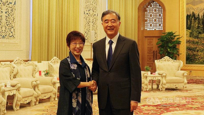 前國民黨主席洪秀柱(左)率台灣民間各界人士約70餘人到北京訪問,並於13日下午在北京人民大會堂會見中國全國政協主席汪洋。中央社記者陳家倫北京攝 108年5月13日