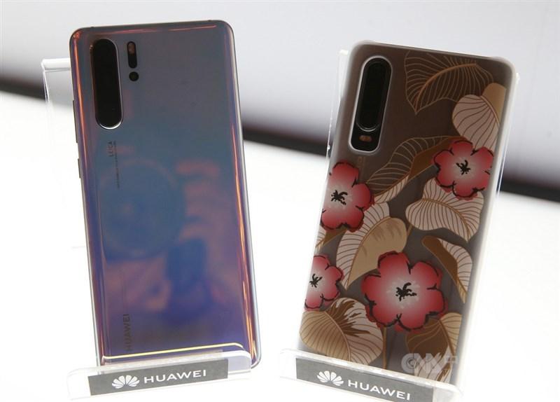 中華電、台灣大等電信商22日宣布不再賣華為新機。圖左起為華為手機P30 Pro及P30。(中央社檔案照片)
