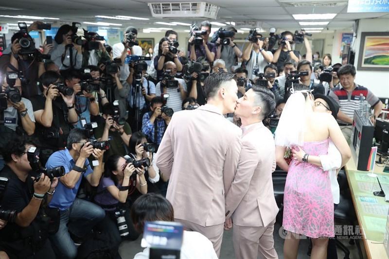 婚姻平權大平台24日在台北市信義區戶政事務所舉辦「亞洲第一同志新人結婚登記記者會」,兩對新人率先登記。中央社記者張新偉攝 108年5月24日