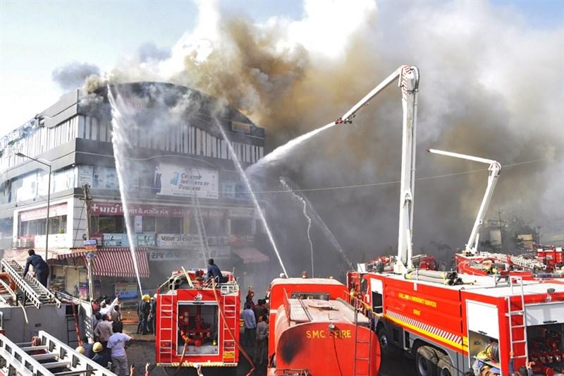 印度西部城市蘇拉特一棟建築24日發生大火,造成至少19名學生喪生。(法新社提供)