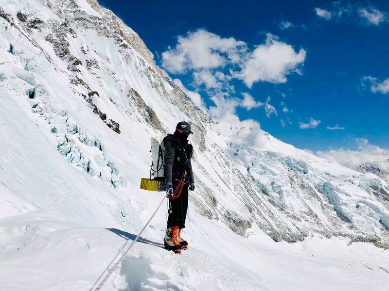綽號「三條魚」的台灣女性登山家詹喬愉,尼泊爾時間27日凌晨3時16分成功登上世界第一高峰聖母峰。圖為詹喬愉馬卡魯峰旅途照片。(圖取自facebook.com/3xfish)