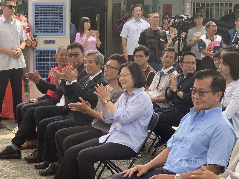 中華文化總會匠人魂第17支影片,31日在影片主角、製琴師林宗範(前排右3)的後壁區家門前發表,總統蔡英文(前排右2)出席。中央社記者張榮祥台南攝  108年5月31日