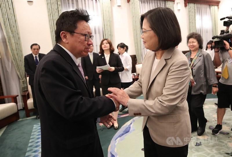 總統蔡英文(前右)3日在總統府接見「海外民運人士認識台灣民主人權」參訪團,與民運人士陳破空(前左)握手致意。中央社記者張新偉攝 108年6月3日