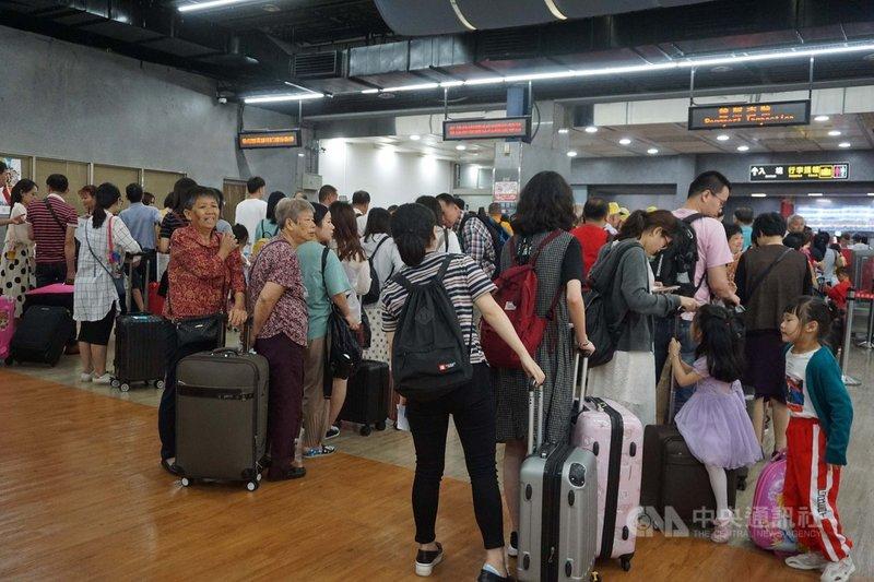 金門縣政府表示,中國大陸五一長假加上金門迎城隍年度慶典盛會,5月小三通熱鬧滾滾,不但5月1日出入境人次創下單日新高,5月入出境總人次更是小三通開航18年來單月最高。中央社記者黃慧敏攝  108年6月4日