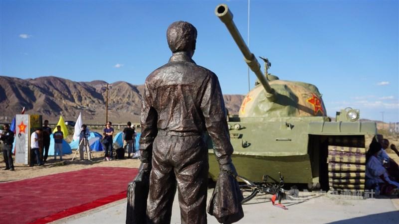 距離洛杉磯2小時車程的加州耶莫(Yermo)小鎮3日聚集了200多名中國海外民主人士,為「王維林擋坦克」(圖)雕塑作品揭幕,紀念六四事件30週年。中央社記者林宏翰加州耶莫攝 108年6月4日