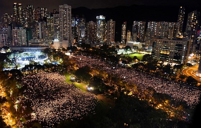 香港民眾4日晚間參加六四30週年晚會,擠滿6個足球場的人群手持燭光,場面壯觀。(共同社提供)