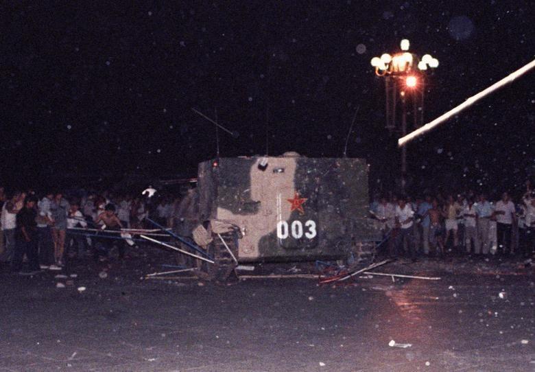 金融資訊供應商路孚特上週將其Eikon平台上和北京六四鎮壓30週年相關的路透社新聞刪除。圖為1989年6月4日裝甲車壓毀天安門廣場上的帳篷。(檔案照片/路透社提供)