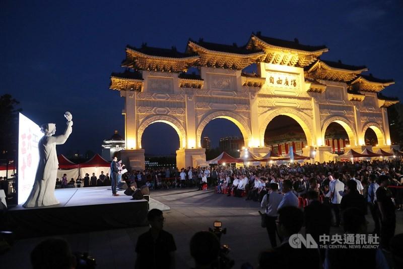 多個公民團體4日在中正紀念堂舉行「記憶.抵抗—中國六四事件30週年紀念晚會」,吸引大批民眾參與,共同追悼當年六四受難者。中央社記者張皓安攝 108年6月4日