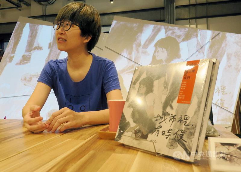 金漫獎得主61Chi再推個人最新創作「城市裡,有時候」,全書以一篇漫畫搭配一句話方式鋪排,共收錄61篇,7日在台灣漫畫基地書店舉辦簽書會,與讀者分享創作點滴。中央社記者陳政偉攝 108年6月7日