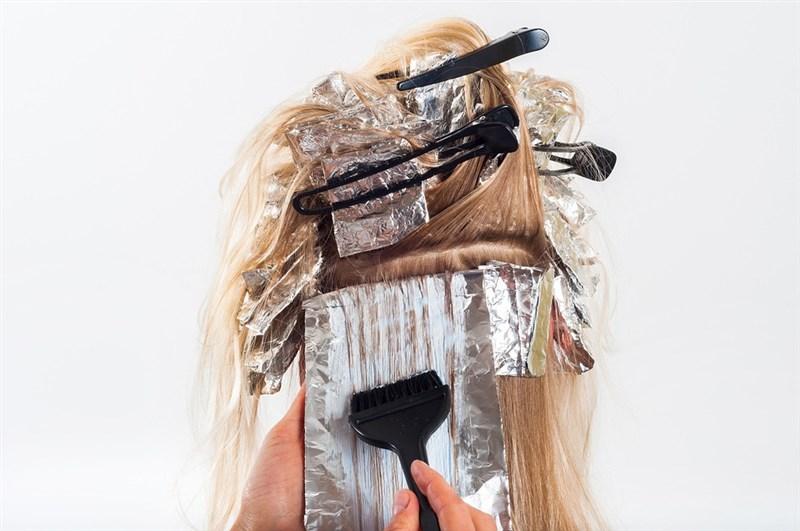 食藥署表示,若髮廊或消費者想要同時染髮、燙髮,消費者和髮廊都不會受罰。(圖取自Pixabay圖庫)