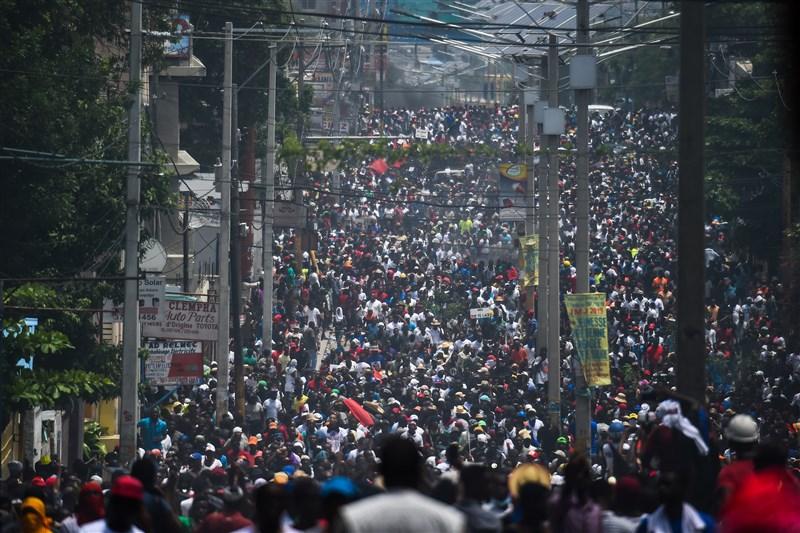 海地總統摩依士涉嫌侵吞公款,數以千計示威者9日在首都太子港街頭遊行,要求摩依士下台。(法新社提供)