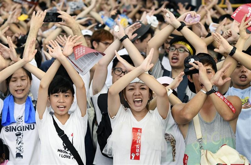 為抗議港府著手修訂的逃犯條例,香港民眾近期走上街頭表達「反送中」訴求。(共同社提供)