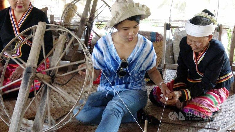 近幾年來泰國清邁興起體驗旅遊風,旅客可以到清邁的社區體驗在地生活。圖為旅客體驗傣族人的織布方式。(資料照片)中央社記者呂欣憓清邁攝 108年6月12日
