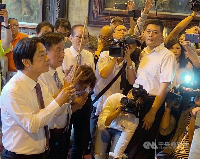 民進黨總統初選民調結果出爐,由總統蔡英文勝出。前行政院長賴清德(前左)13日下午回到台南,到台灣首廟天壇參拜,並感謝全國支持者一路相挺。中央社記者張榮祥台南攝 108年6月13日