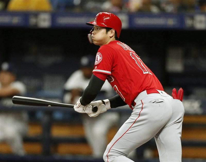 效力洛杉磯天使隊的日本球星大谷翔平13日登場首局就敲全壘打,送回壘上2名隊友。(共同社提供)