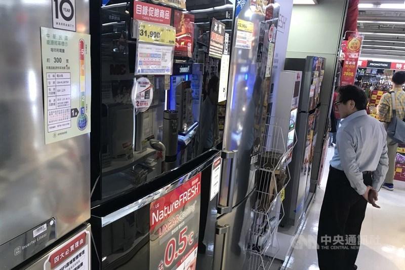 15日起,民眾購買能源效率第1、2級的新電冰箱、冷暖氣機及除濕機,每台最高可享新台幣2000元退稅,為期2年。(示意圖/中央社檔案照片)