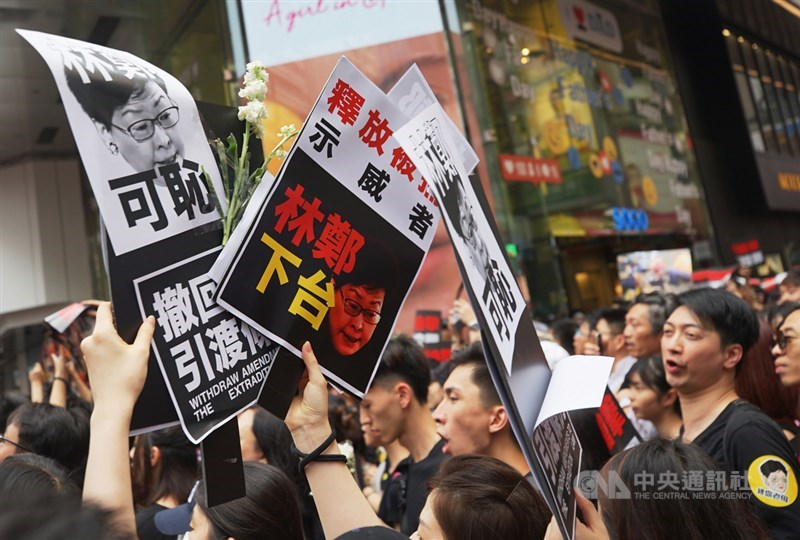 香港泛民主派團體民間人權陣線16日再次發起反修訂逃犯條例大遊行,大批民眾身穿黑衣走上街頭,要求行政長官林鄭月娥下台。中央社記者裴禛香港攝 108年6月16日
