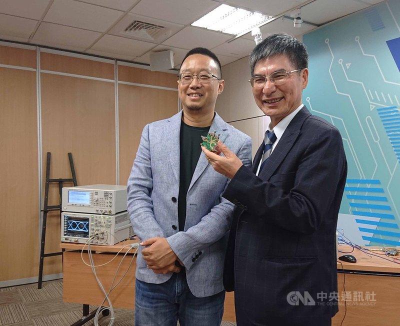 科技部長陳良基(右)不僅是台大電子工程學研究所教授李致毅(左)的老師、同事,如今更是創業成功的貴人。中央社記者潘姿羽攝  108年6月19日