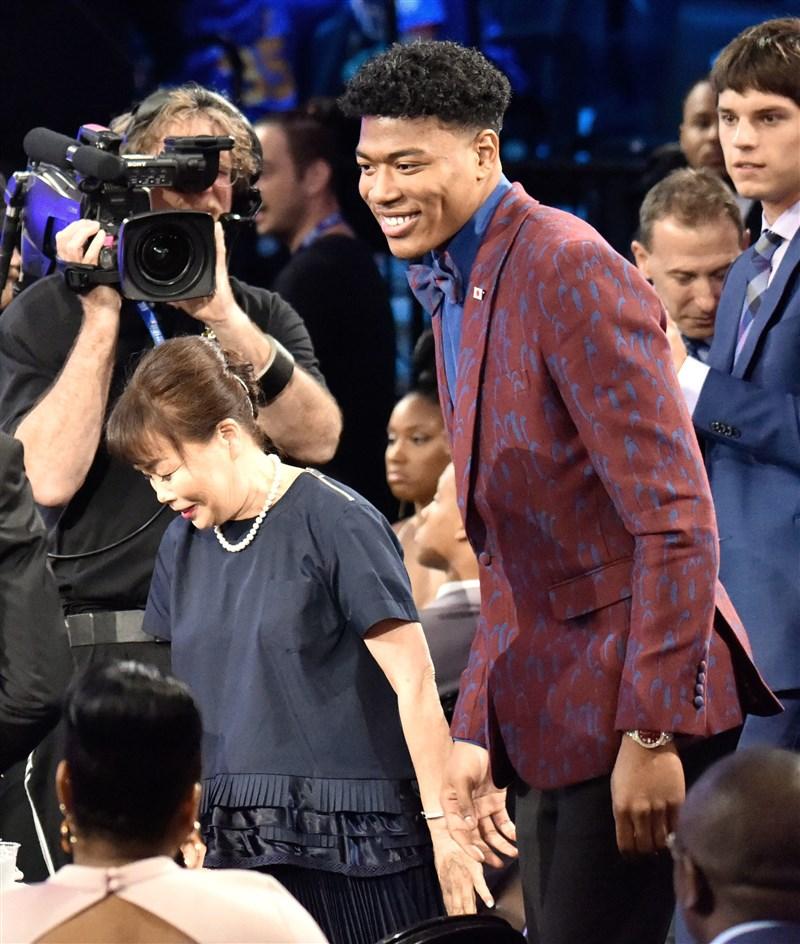 美國職籃NBA 21日在紐約布魯克林舉行2019年選秀會,華盛頓巫師以第9順位挑走具日本國籍的八村壘(中右)。(共同社提供)