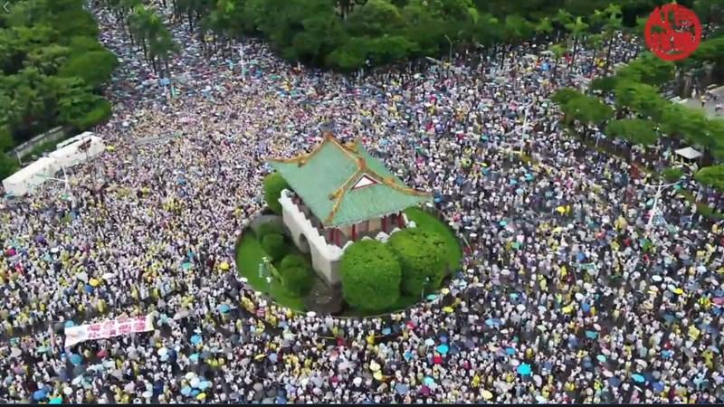 凱達格蘭大道23日「拒絕紅色媒體、守護台灣民主」遊行,大批民眾雨中相挺。(圖取自飆捍臉書facebook.com)
