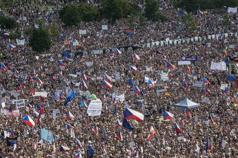 因捷克總理巴比斯涉貪,大批民眾23日在首都布拉格市中心展開示威,要求他下台。(法新社提供)