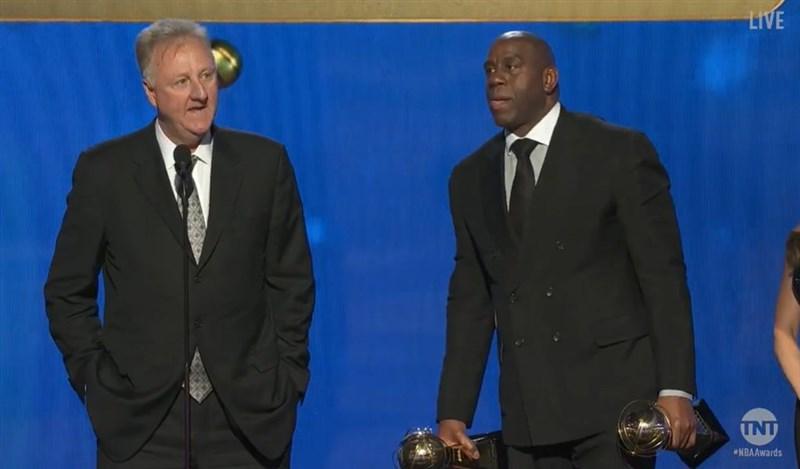 現任NBA印第安那溜馬顧問的大鳥博德(左起)與湖人前營運總裁魔術強森25日雙雙獲得NBA終身成就獎,替兩人璀璨的職業生涯,再添一筆傳奇。(圖取自facebook.com/nba)
