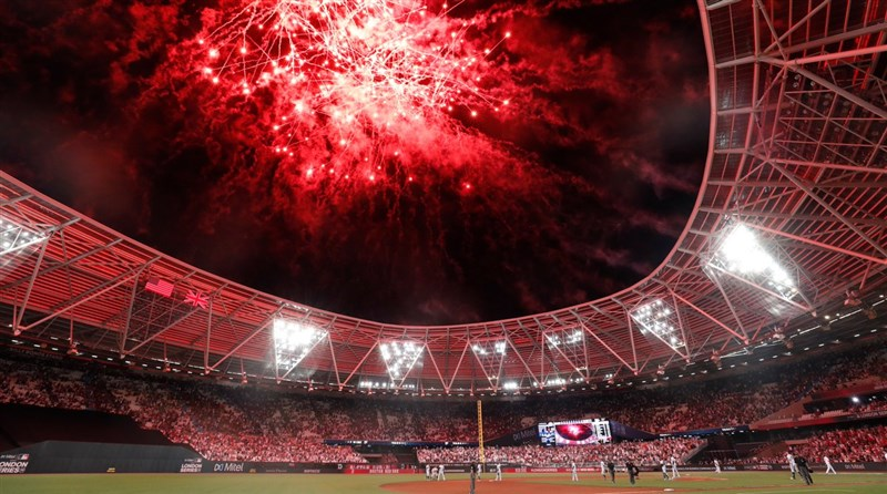 MLB史上首場歐洲賽事在倫敦上演煙火秀,洋基連30場開轟。(圖取自twitter.com/yankees)