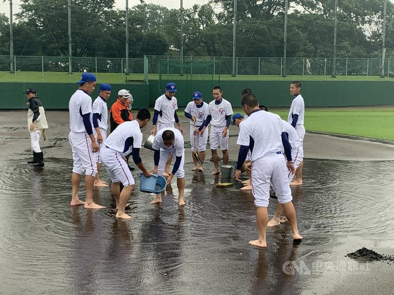 小馬聯盟亞太區資格賽原訂1日開打,但日本宮崎地區雨勢不斷,因雨延賽,2日依然沒有雨停的跡象,中華隊與韓國打到3局以5比1領先時,因雨保留。圖為中華青棒隊幫忙整理比賽場地。(中華民國棒球協會提供)中央社記者謝靜雯傳真 108年7月2日
