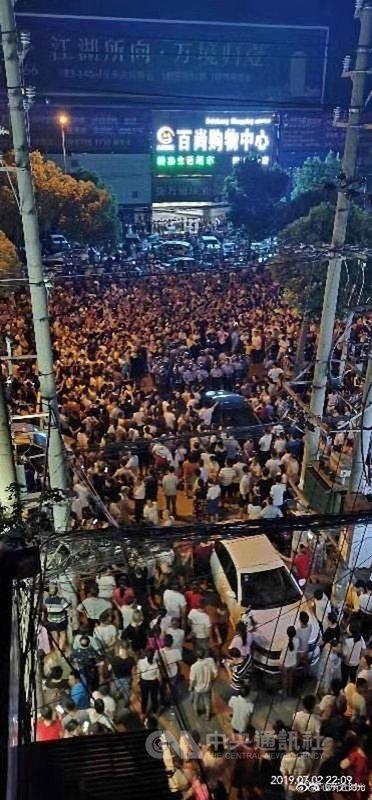 中國湖北省武漢市郊的新洲區陽邏街道居民,因官方擬在當地興建大型垃圾焚化爐及發電廠,一週以來多次群起上街抗議。當地警方面對上千名民眾上街一度採取強力鎮壓,導致抗爭民眾被打傷。(中國讀者提供)中央社 108年7月4日