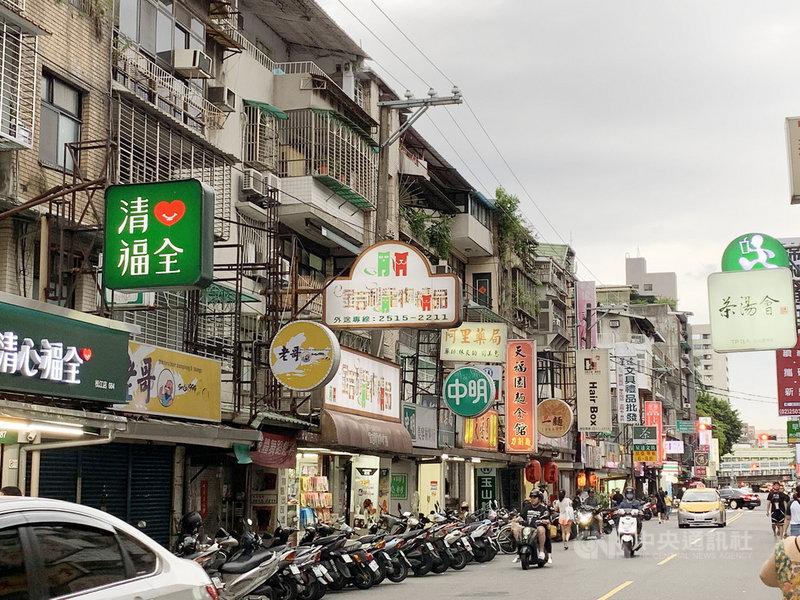 台灣人一年喝掉了近千億元飲料,手搖店密度更勝便利商店,全台「手搖飲一條街」的情況比比皆是,業者不僅競爭激烈,也面臨人員流動率、營業成本上升等困境,近年來開始插旗海外市場。圖為台北市錦州街一景。中央社記者林孟汝攝 108年7月6日