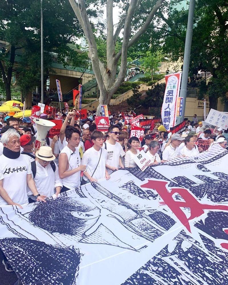 香港知名歌手和示威運動人士何韻詩(前排左4)下週將在聯合國人權理事會發表演講,讓「反送中」事件獲國際關注。(圖取自facebook.com/HOCCHOCC)