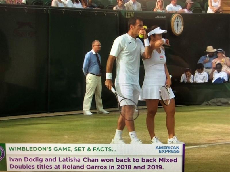 台灣女將詹詠然(前右)和克羅埃西亞選手多迪格(前左)搭檔參加溫布頓網球錦標賽混雙賽事,11日晉級4強。(圖取自facebook.com/wimbledon)