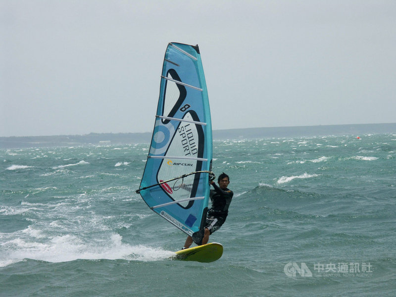 108年台灣盃全國帆船錦標賽14日閉幕,奧運國手張浩在RS-X風浪板比賽中,輕鬆拿下冠軍。(資料照片)中央社  108年7月14日