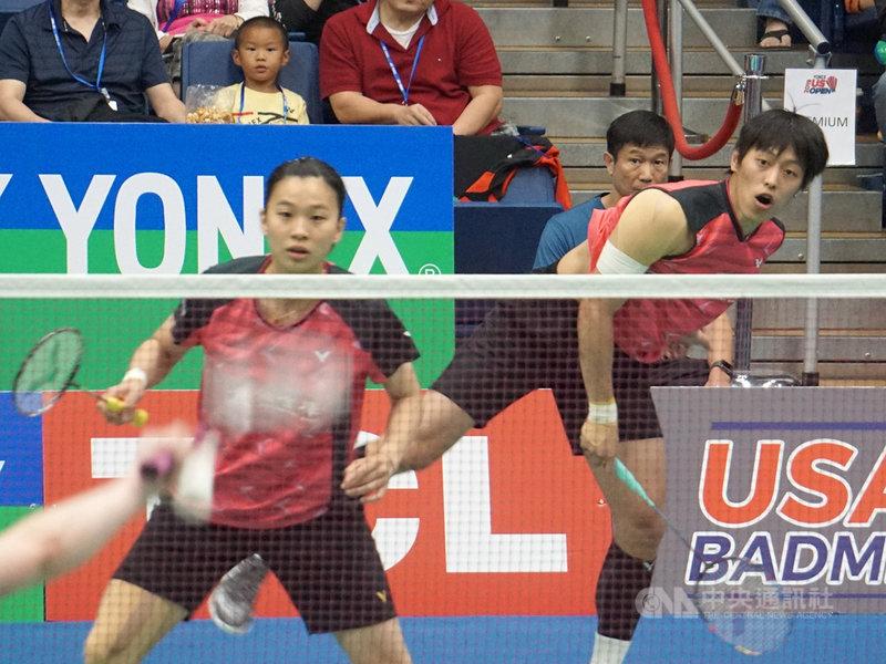台灣羽毛球選手許雅晴(左)、李哲輝14日在美國羽球公開賽冠軍戰擊敗法國組合,拿下混雙冠軍。中央社記者林宏翰洛杉磯攝 108年7月15日