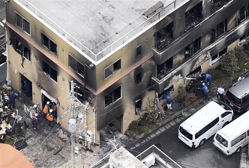 日本「京都動畫」18日上午遭人縱火,一名在醫院急救的男子19日晚間不治,死者增至34人。(共同社提供)