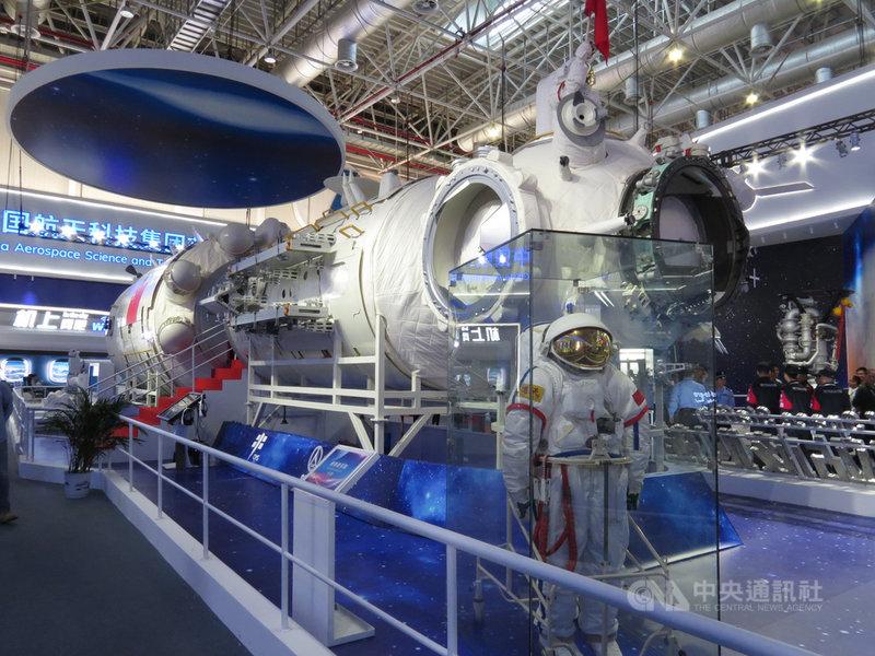 美國太空人阿姆斯壯50年前的今天圓了人類登月之夢,50年後的今天全球進入新一輪爭取載人重返月球的太空競賽。中國在太空領域急起直追,令美國芒刺在背。圖為2018年中國所展出新太空站與太空裝的等比例模型。中央社記者陳亦偉攝 108年7月21日