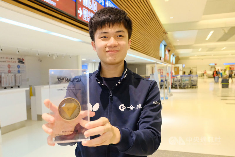 台灣「桌球神童」林昀儒21日晚間在T2桌球鑽石賽馬來西亞站男單決賽中勇奪冠軍,他22日晚間在家人的陪伴下返抵國門,他表示,未來會朝向奧運選手及國手的目標邁進。中央社記者吳睿騏桃園機場攝 108年7月22日