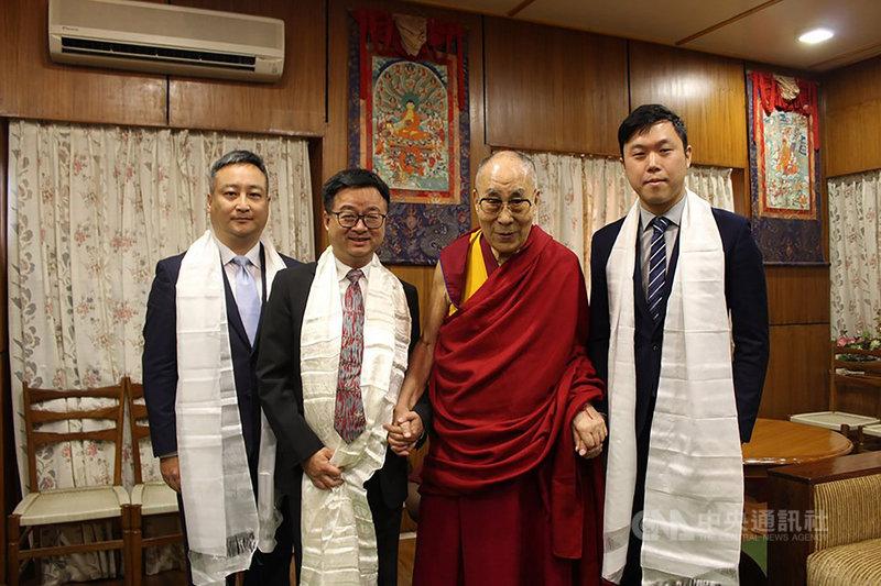 民進黨秘書長羅文嘉(左2)、民進黨公共關係處主任謝雨利(左1)、民進黨發言人李問(右1)日前訪問達蘭薩拉藏人社區並拜訪達賴喇嘛(右2)。(取自李問臉書)中央社記者葉素萍傳真 108年7月25日