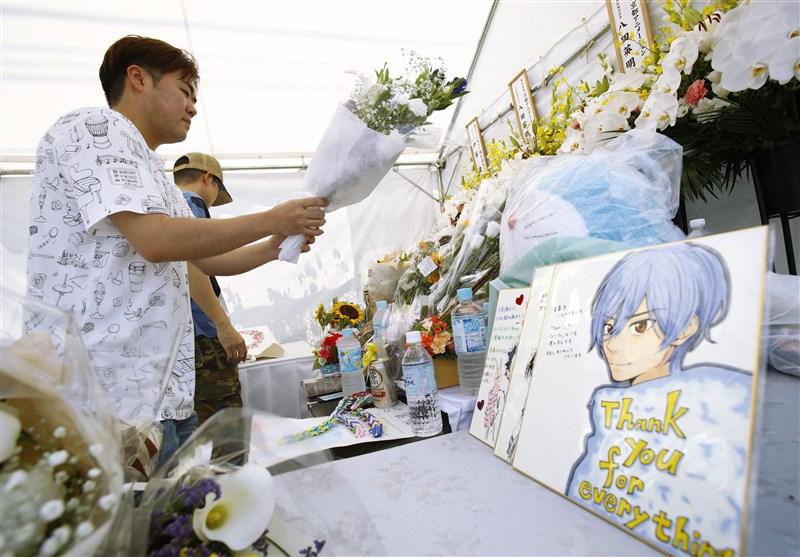 日本動畫製作公司「京都動畫」遭人縱火案發生至今一週,許多民眾在遭縱火的第一工作室附近獻花追思。(共同社提供)